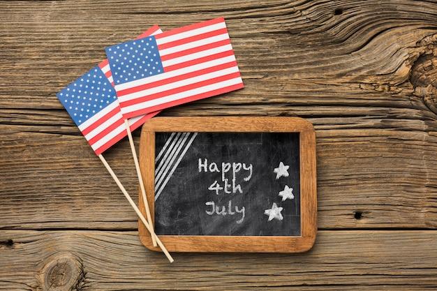 Bandeiras americanas e quadro com maquete