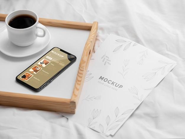 Bandeja com xícara de café e celular