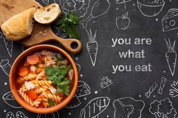 Bandeja de madeira com uma tigela de sopa fresca