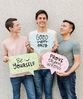 Bando de amigos do sexo masculino sorridente