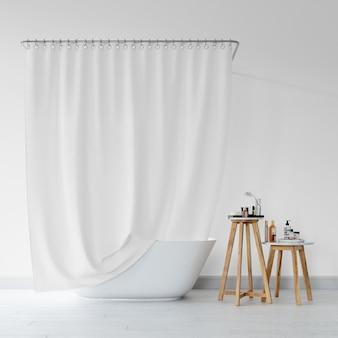 Banheira com cortina e banqueta com produtos de higiene