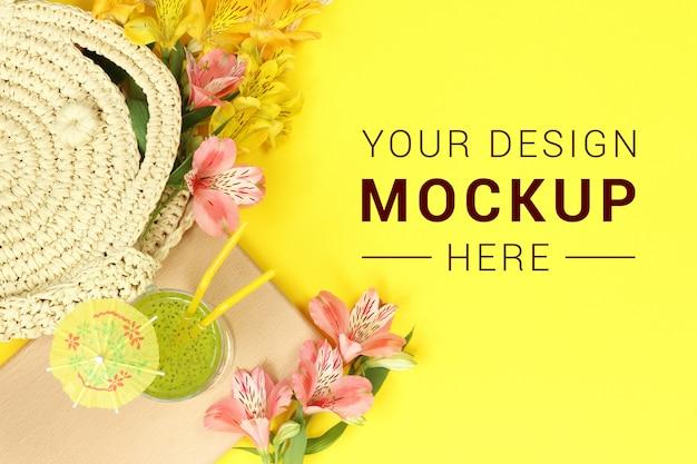 Banner de maquete tropical amarelo com saco de palha e coquetel