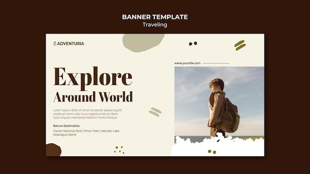 Banner horizontal com criança viajando mochila