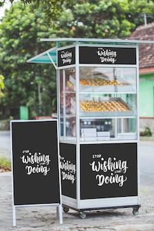 Barraca de comida ao lado da estrada. maquete de conceito de comida de rua