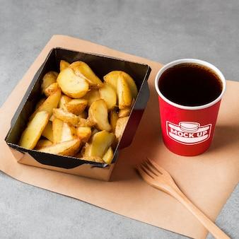 Batatas fritas e bebidas Psd grátis