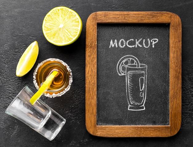 Bebidas alcoólicas com maquete de quadro negro