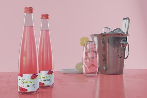 Bebidas de verão na mesa com fundo rosa