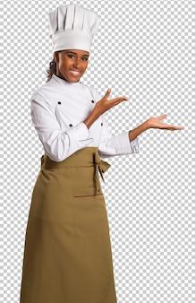 Bela chef feminina da cozinha brasileira no espaço transparente