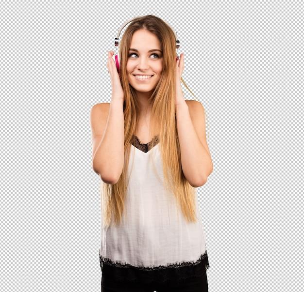 Bela jovem ouvindo música em fones de ouvido