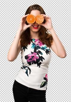 Bela jovem segurando laranjas