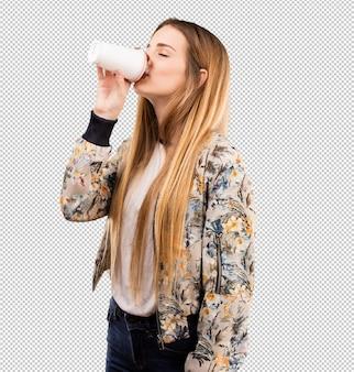Bela jovem tomando um café