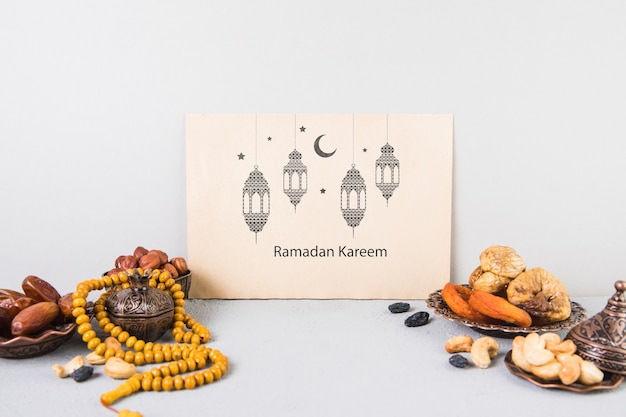 Bela natureza morta com elementos de ramadã e modelo de cartão
