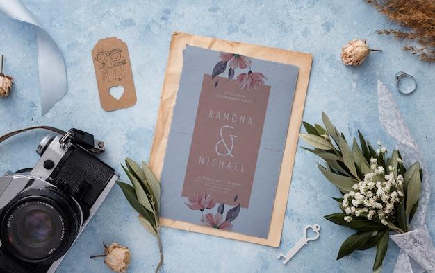 Bela variedade de elementos de casamento com maquete de cartão