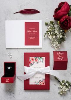 Bela variedade de elementos de casamento com maquete de cartões
