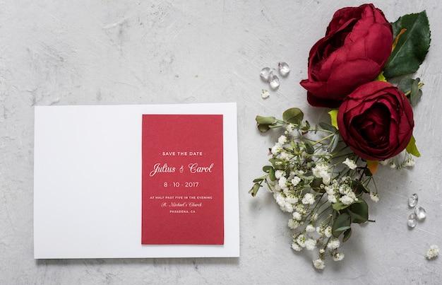Bela variedade de elementos de casamento com maquete de convite