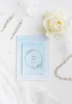 Belo arranjo de elementos de casamento com maquete de cartão