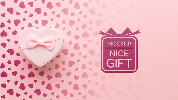 Belo presente de mock-up com caixa de presente em forma de coração