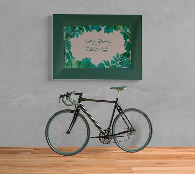 Bicicleta com maquete de quadro verde dentro de casa