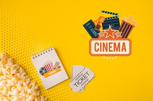 Bilhetes de cinema e vista superior de pipoca