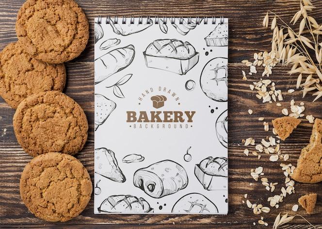 biscoitos ao lado do caderno