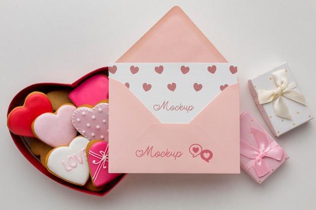 Biscoitos de dia dos namorados com carta de maquete