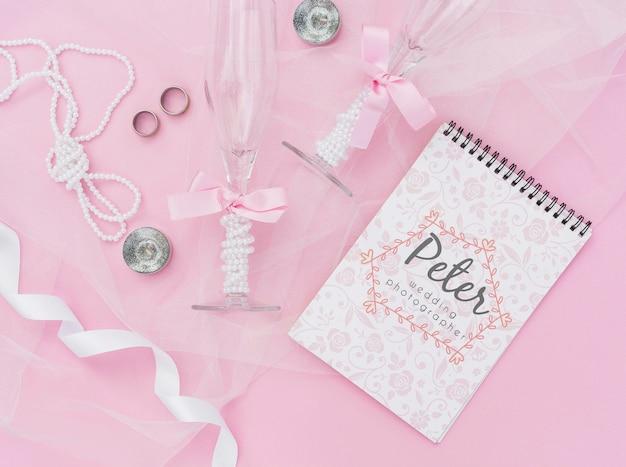 Bloco de notas com idéias de casamento com objetos e decoração de casamento