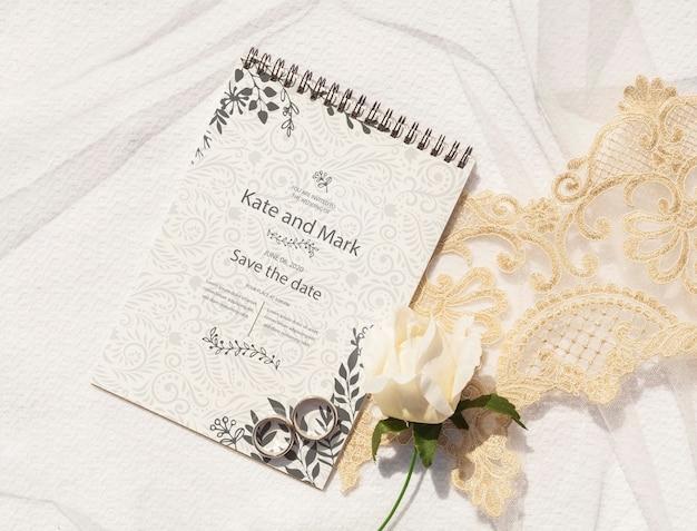 Bloco de notas com idéias de casamento e alianças