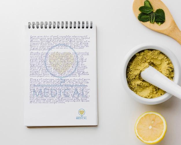 Bloco de notas com ingredientes saudáveis