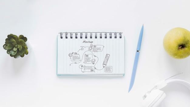 Bloco de notas da vista superior com desenho na mesa