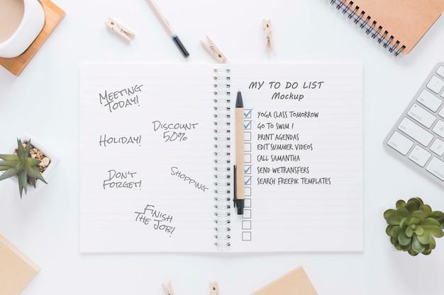 Bloco de notas da vista superior com lista de tarefas