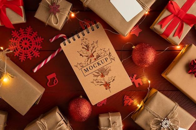 Bloco de notas de maquete de natal e caixas de presente