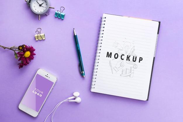 Bloco de notas de mock-up e relógio na mesa