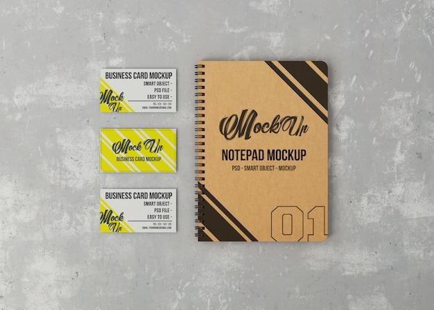 Bloco de notas e maquete de três cartões de visita