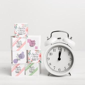 Blocos coloridos com relógio branco