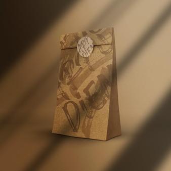 Bolsa de papel com maquete de adesivo
