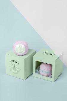 Bombas de banho rosa de alto ângulo e caixas verdes