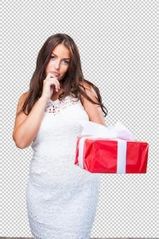 Bonita mulher segurando um presente