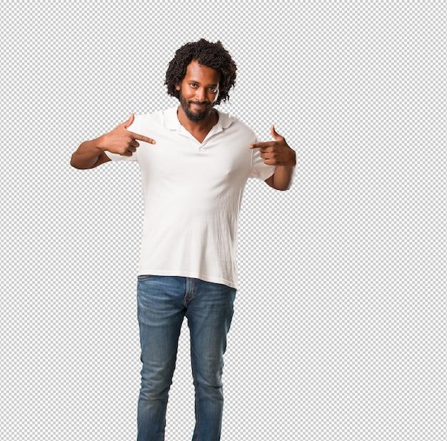 Bonito americano africano orgulhoso e confiante, apontando os dedos, exemplo a seguir, conceito de satisfação, arrogância e saúde
