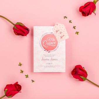 Botões de rosa e convite bonito de quinze aniversários