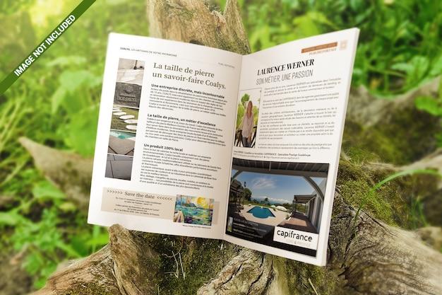 Brochura aberta sobre uma maquete de tronco de madeira