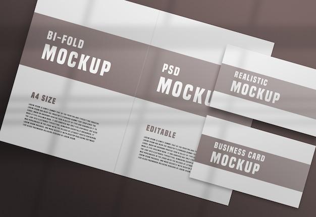 Brochura bifold com uma maquete de cartão de visita psd