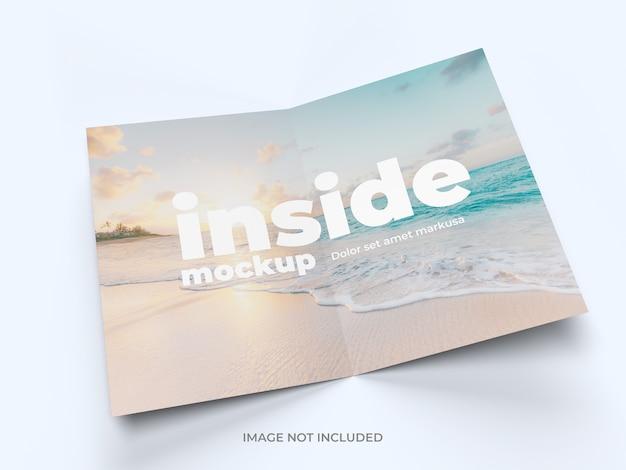 Brochura bifold dentro da maquete da página de visualização