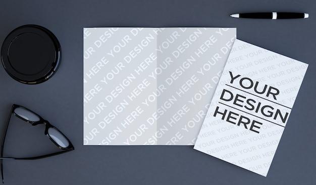Brochura bifold na vista superior do desktop mock up