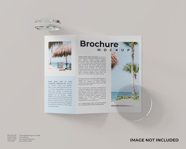 Brochura com três dobras com dois vidros cilíndricos e vista superior