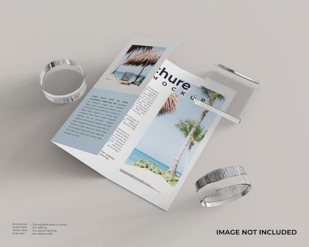 Brochura com três dobras com uma caixa de vidro quadrada e dois vidros cilíndricos na lateral