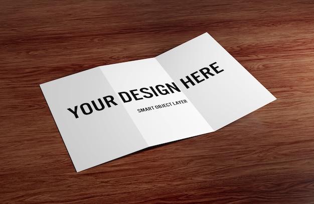 Brochura com três dobras na maquete de mesa de madeira