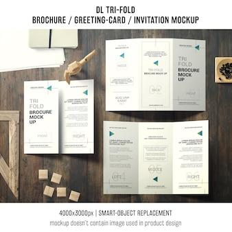 Brochura com três dobras ou convite maquete ainda vida conceito