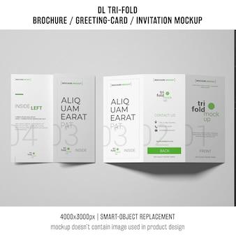 Brochura com três dobras ou convite maquete sobre fundo branco