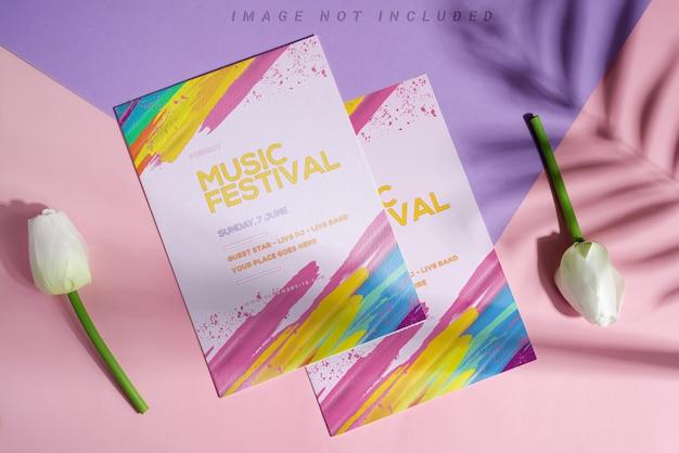 Brochuras de maquete com tulipas e sombras de palmeiras.