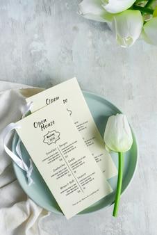Brochuras de mock-up em um prato com tulipa